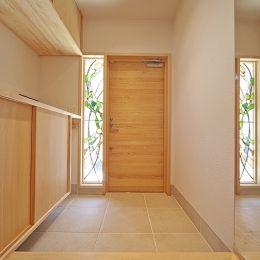 玄関ドアのとなりにはめ殺し窓があると明るい ドアは窓なしでも モダンハウスの外観 日本のモダンな家 エントランスホール