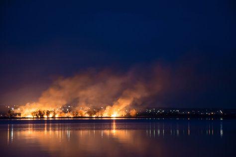 LIFE! На острове около Сабуровки полыхает камыш. Фото Михаил Палыга      #Саратов #СаратовLife