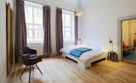 DAW chairs in black with dark wooden base - as seen in Hotel Fregehausin Leipzig - Tipp des Tages - [SCHÖNER WOHNEN]