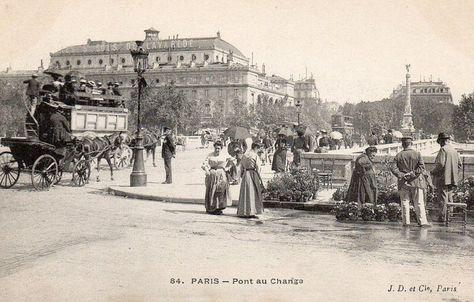 """Le pont au Change vers 1900. Au théâtre du Châtelet, en face, on joue """"Les Cinq Sous de Lavarède"""""""