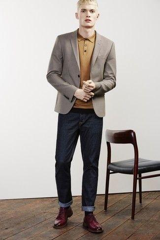 e1522ffc251 Cómo combinar: blazer a cuadros marrón, camisa polo mostaza, vaqueros azul  marino,