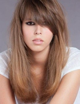 Cheveux longs très effilés sur toute la longueur avec une frange asymétrique, piquetée au niveau des pointes. Nécessite un brushing afin dobtenir un lissage sur la longueur. Cette coiffure peut convenir à tout type de visage. Couleur : blond cendré avec quelques mèches chocolat.