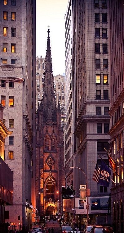 Wall Street, New York City Wall Street, a small street in Lower Manhattan, is one of the world's most famous streets. Thanks to the stock exchange and the many banks here, the street embodies New York City's financial establishment. Wall Street New York, Wall Street News, York Street, Main Street, The Places Youll Go, Places To Visit, Photographie New York, Ville New York, Voyage New York