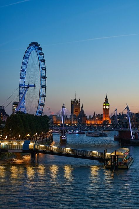 One day in London: A self-guided walking tour of London's most famous places The London Eye at night. See London on foot with this self-guided walking tour of London! City Of London, One Day In London, London Tours, London Travel, London England Travel, London Nightlife, London Food, Nightlife Travel, City Aesthetic