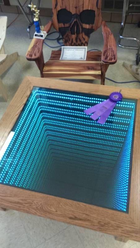 Appelee Infiny Table Cette Table En Bois Comporte Un Miroir Et Une Rangee De Leds En Son Centre Ainsi Table Basse Lumineuse Table Basse Led Bricolage Table