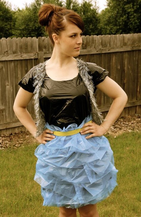 Photos de filles en robe sac poubelle / Pictures of girls wearing trash bag dress.