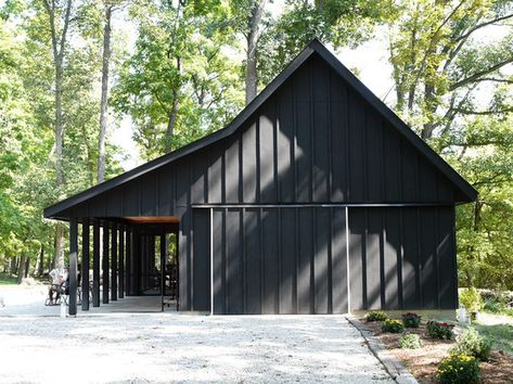 Black barn with black trim pole barn designs, shed homes, house colors, barn Pole Barn Garage, Pole Barn Homes, Pole Barns, Barn House Plans, Barn Plans, Pull Barn House, Shed Plans, Modern Barn, Modern Farmhouse