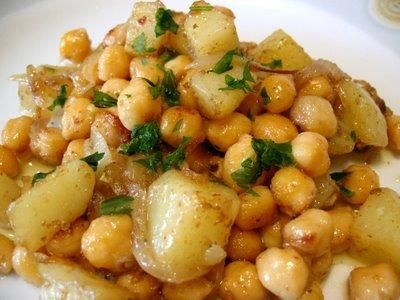 Garbanzos al curry es una receta para 4 personas, del tipo Primeros Platos, de dificultad Muy fácil y lista en 20 minutos. Fíjate cómo cocinar la receta.     ingredientes   - 400 g garbanzos cocidos  - 1 patata grande  - 1 cebolla  - 1 diente de ajo  - 1 limón  - curry en polvo  - jengibre en polvo  - guindilla en polvo  - comino  - cilantro fresco picado  - aceite