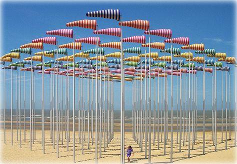 Sur la plage de De Haan, Belgique - La troisième Triennale d'Art comtemporain sur mer  l'oeuvre d'art du Français Daniel Buren (100 mâts avec leur manche à air)
