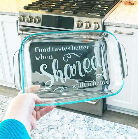 Learn how to etch casserole dishes, even glass Pyrex bakeware, with personalized and beautiful designs. Etched glass casserole dishes make great wedding and hou Pyrex, Glass Etching Stencils, Diy Glass Etching, How To Make Stencils, Cricut Tutorials, Cricut Creations, Glass Dishes, Casserole Dishes, Cricut Design