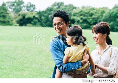家族 公園 お出かけの写真素材 No 37634323 写真素材 イラスト販売