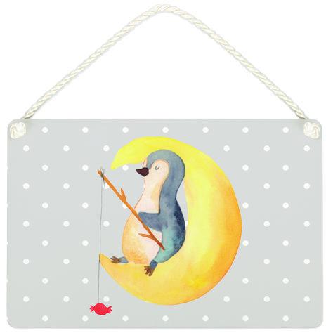 Deko Schild Pinguin Mond aus MDF  Weiß - Das Original von Mr. & Mrs. Panda.  Ein wunderschönes Schild aus der Manufaktur von Mr. & Mrs. Panda - die Schilder werden von uns direkt nach der Bestellung liebevoll bedruckt und mit einer wunderschönen Kordel zum Aufhängen versehen.    Über unser Motiv Pinguin Mond      Verwendete Materialien  Gefertigt aus widerstandsfähigem und hochwertigen Materialien    Über Mr. & Mrs. Panda  Mr. & Mrs. Panda - das sind wir - ein junges Pärchen aus dem Norden Deuts
