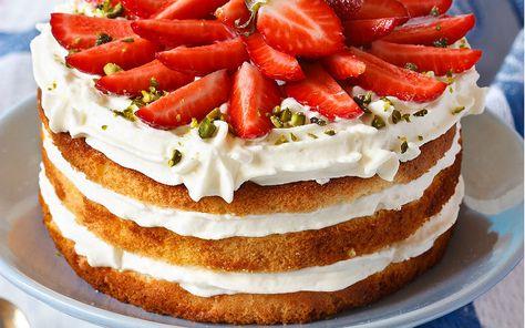 Pratik ama lezzetli bir şekilde hazırlanan yumuşacık kreması, tül dokulu pandispanyası ve tabii ki çilek dilimleri hazırlanan pasta evinize misafir oluyor.