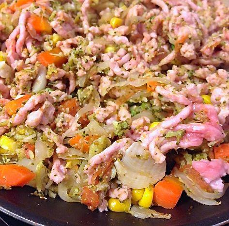 Ingredientes para 2 personas Para la masa: 50g harina de avena 50g harina de centeno 1,5g de levadura fresca 60/70g de agua 1 cuchara de aceite pizca de sal Ingredientes para el relleno: 300g de carne picada de pollo Guisantes Maíz 1zanahora 1diente de ajo ½ cebolla 1 brócoli mediano hervido 1 tomate 1 quesito bajo en grasa Elaboración Primero vamos a preparar la masa. Para ello mezclamos en un bol los dos tipos de harina y la sal y lo removemos un poco para mezclar. A continuación…