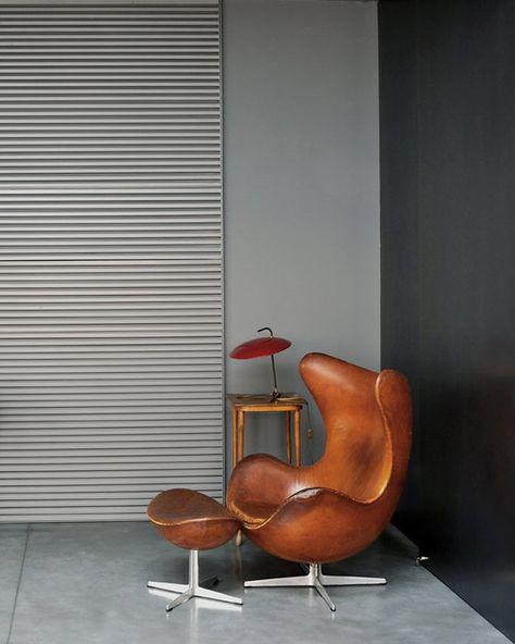Fauteuil Egg , Arne Jacobsen, Fritz Hansen.  Son look vintage est indémodable, son revêtement dans une superbe version cuir pleine fleur, en noir ou en marron font de lui une pièce unique et indispensable pour les passionés de design.
