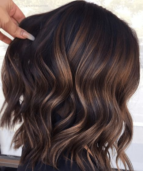 10 Fall/Winter Hair Colour Ideas For Brunettes - Blush & Pearls - - Looking to update your hair color this fall/winter? Browse some hair color and balayage ideas here to give your hair a bold update! Brown Hair Balayage, Brown Hair With Highlights, Balayage Brunette, Hair Color Balayage, Dark Caramel Highlights, Hair Bayalage, Brown Hair With Lowlights, Fall Balayage, Short Balayage