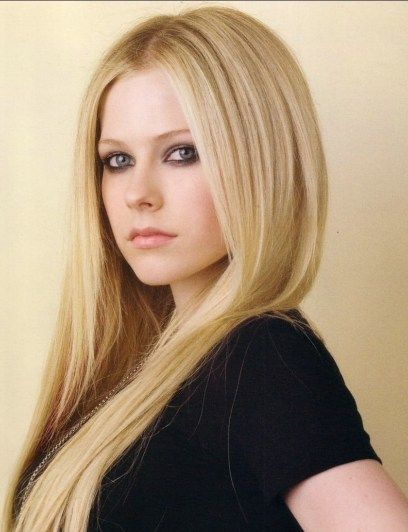 Our Non-Aging Beautiful Singer Avril Lavigne proves the Debut in TikTok of Tony Hawk