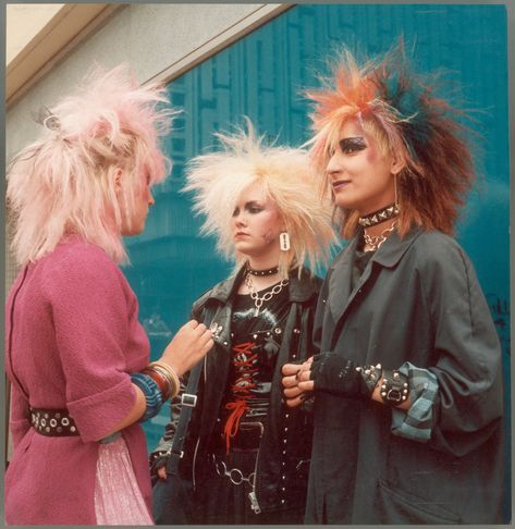 Punk girls in Stockport Town Centre in 1983 as captured by Shirley Baker via Vintage Goth, Rock Vintage, 70s Punk, Punk Goth, 80s Goth, Mode Punk Rock, Punk Rock Style, Punk Rock Hair, Punk Girl Hair