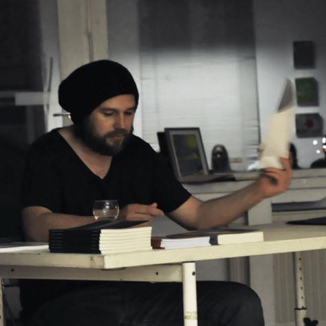 """Thomas Dahl, Jahrgang 1970, arbeitet als freier Journalist, Dozent & Buchautor. Die journalistischen Schwerpunkte liegen in den Bereichen """"Bildung"""", """"Kultur"""" und """"Soziales"""". Thomas berichtet überwiegend für die """"Kölnische Rundschau"""", den """"Kölner Wochenspiegel"""" sowie das Stadtteil-Magazin """"INsülz & Klettenberg"""". Er ist ehrenamtlich für Deutschlands älteste Straßenzeitung, """"Draussenseiter"""", tätig. Zudem leitet er für die Gold-Kraemer Stiftung eine Schreibwerkstatt in Köln-Kalk. Seine…"""