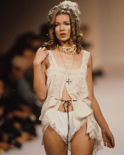 LA ROMANCE 🏹 icon Kate Moss at the John Galliano spring 1992 ready-to-wear runway show is the official muse for our next vintage release. Moss Fashion, High Fashion, Fashion Show, Fashion Tips, Fashion Fashion, Fashion Hacks, Korean Fashion, Fashion Women, John Galliano