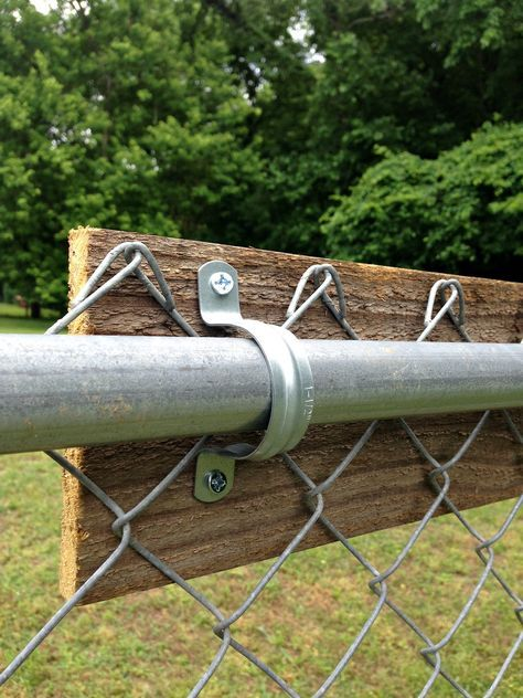 a chain link fence - Mom in Music City I used old fence boards to upgrade a chain link.I used old fence boards to upgrade a chain link. Cheap Privacy Fence, Privacy Fence Designs, Backyard Privacy, Backyard Fences, Chain Link Fence Privacy, Cheap Fence Ideas, Cheap Backyard Ideas, Dog Backyard, Lattice Fence