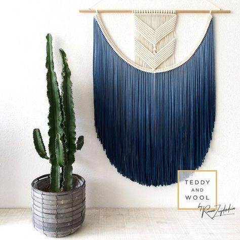 ● KOSTENLOSER VERSAND WELTWEIT! Der EVA Makramee Wandteppich verfügt über einen schönen modernen geometrischen Design. In einem einzigartigen und speziellen Verfahren fügt Rianne einen wunderschönen Farbverlauf Farbstoff an den Rand des Teppichs. Diese Makramee-Wandbehang ist ideal, um