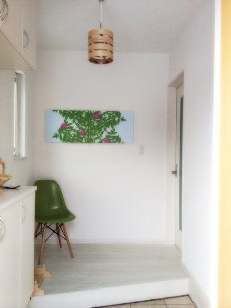 一枚ファブリックパネルを飾るだけで、一気に明るい雰囲気の玄関に早変わり。