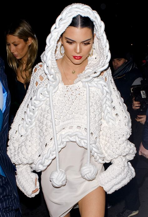 Kendall Jenner Already Picked The Must-Have Item From Burberry's New Collection Daily Fashion, Fashion News, Runway Fashion, Fashion Fashion, Knitwear Fashion, Knit Fashion, Kendall Jenner, Crochet Cape, Crochet Vests