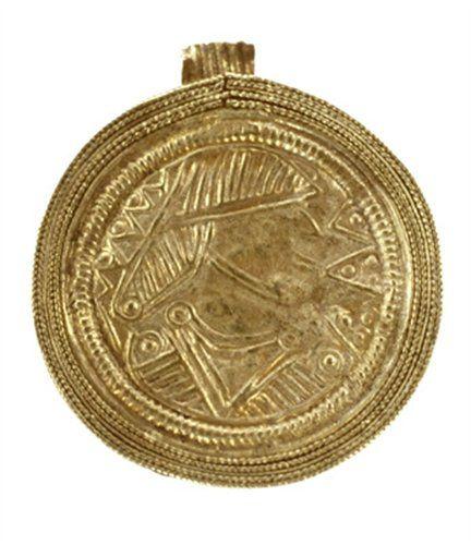 @CODAapeldoorn: #Gouden hanger met geometrische versiering. 525-575 A.D. Komt uit het Frankische grafveld te Loenen.