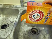 cleaning stainless steel sinks First, rinse the whole sink with water. Sprinkle baking soda over the entire sink.Scrub the stainless steel sink basin and fixtures with a soft- to medium-bristled brush.  After you've finished scrubbing, spray undiluted white vinegar over the baking soda residue left on the sink.Use the same process to clean sink strainers. Rinse the sink with tap water.