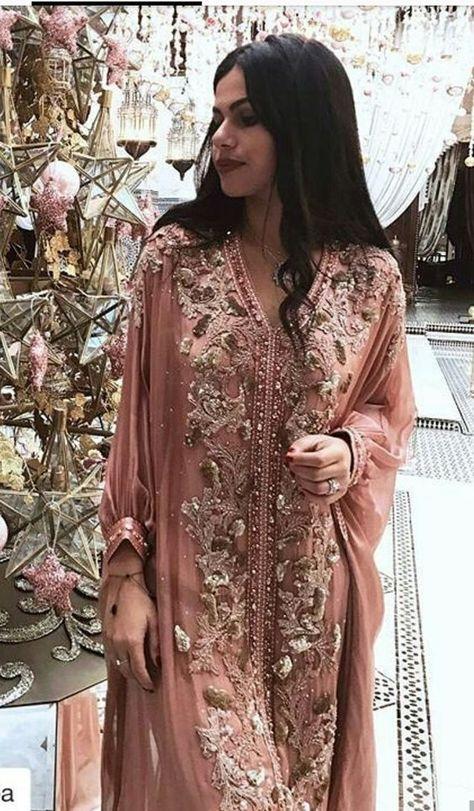 Robe Caftan Rose Clair La Plus Belle Robe Marocaine A Louer Pas Cher En 2020 Robe Dubai Robe Marocaine Et Caftan