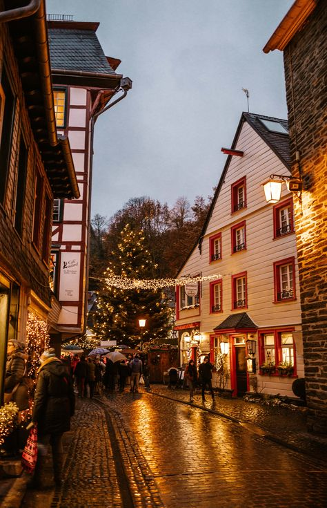 The complete guide to visiting Germany's most beautiful Christmas Market: Monschau. Like stepping back in time, this 'Weihnachtsmarkt' is unlike any other. Autumn Aesthetic, City Aesthetic, Christmas Aesthetic, Travel Aesthetic, Christmas Feeling, Cozy Christmas, Beautiful Christmas, Xmas, German Christmas Markets