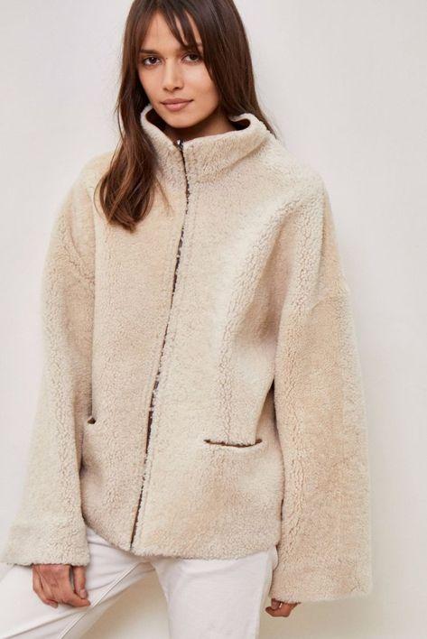 Manteau camel court oversize en peau lainée réversible. A porter fermé  jusqu en haut ou à demi ouvert. Deux poches plaquées sur le devant. 7a9ddc737aa
