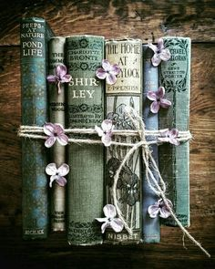 forget_me_not_originals Bookstagram layout ideas and bookstagram inspiration Old Books, Antique Books, Book Flowers, Book Aesthetic, Book Nooks, I Love Books, Book Photography, Bookstagram, Belle Photo