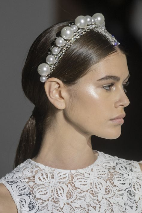 Kaia Gerber bei Givenchy S / S 2019 Couture - Beautiful Hairstyle