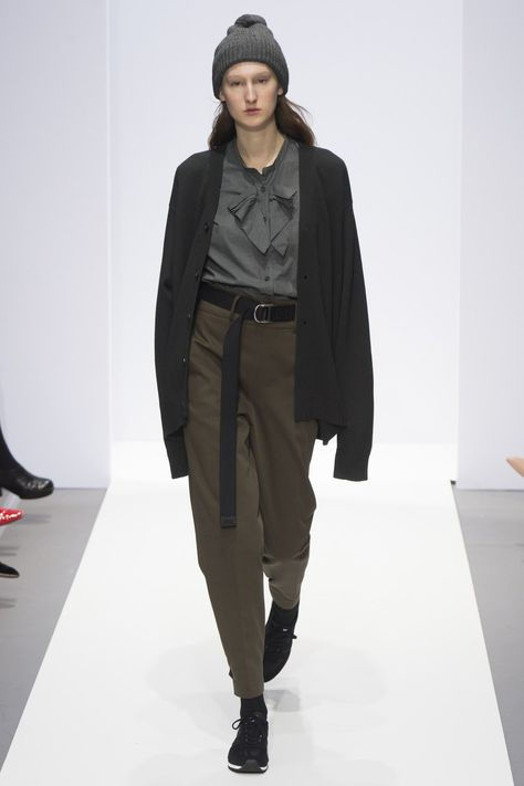 Margaret Howell Fall 2017 Ready-to-Wear collection, runway looks, beauty, models, and reviews.