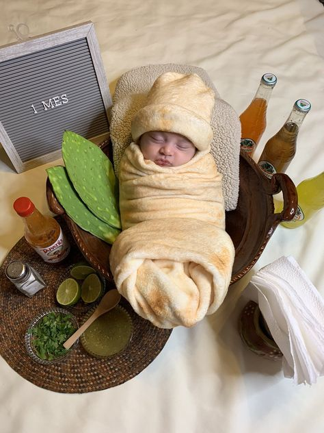 A mom named Brianna is going viral after dressing her baby up as a burrito in his or her first-month photo. Monthly Baby Photos, Newborn Baby Photos, Newborn Baby Photography, Monthly Pictures, Indoor Photography, Toddler Photography, One Month Old Baby, Baby Month By Month, Baby Girl Pictures