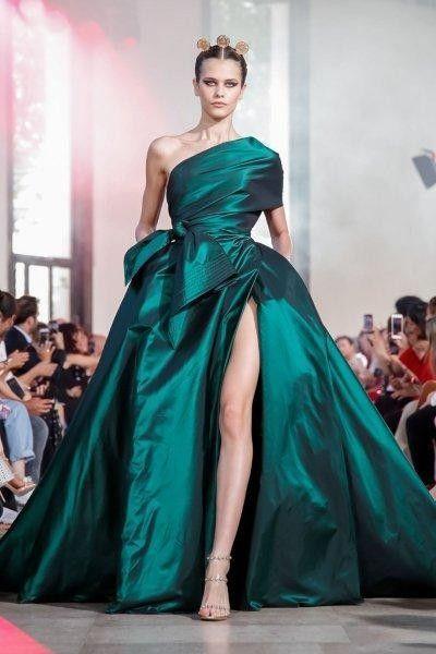 فساتين خطوبة بألوان جريئة لعروس 2020 مجلة سيدتي في عام 2020 برزت العديد من ألوان فساتين الخطوبة النا Couture Fashion Elie Saab Couture Haute Couture Fashion