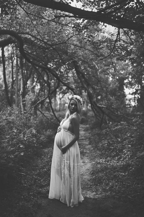 sarah beth photography - amazing maternity pose and look. The dress, the hairpiece, everything is beautiful.
