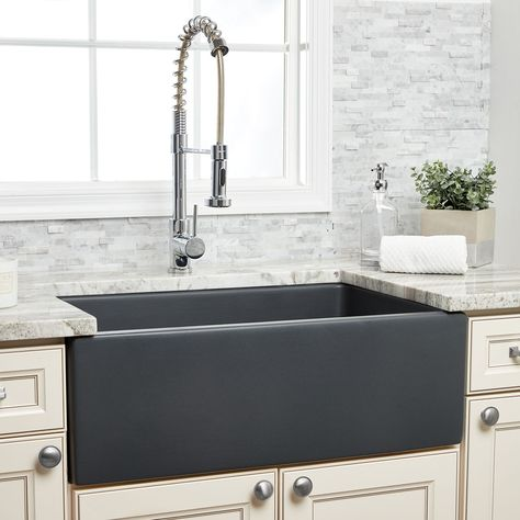 This reversible farmhouse sink combines function and style. One side of the sink features a fluted apron design, while the other side is a plain apron, allowing you to choose the apron that best suits your preferences. The large single basin provides plenty of room for large pots and pans. Farmhouse Apron Sink, Fireclay Farmhouse Sink, Fireclay Sink, Farmhouse Decor, Farmhouse Kitchens, White Kitchens, Semarang, Layout Design, Kitchen Interior