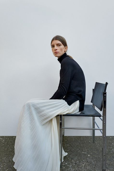 Joseph Pre-Fall 2018 collection, runway looks, beauty, models, and reviews.