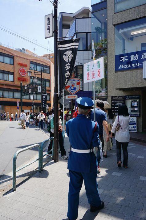 鎌倉 御成町にて。 GW真ん中、江ノ電乗車ただいま一時間待ちです。 今やゴールデンウィークの名物となりました。