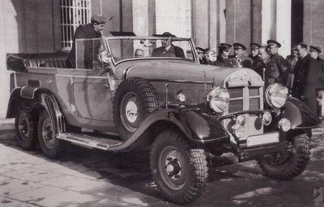 En el palacio Real,el embajador aleman Eberhard von Stohrer entrega a Franco el coche mercedes modelo 1930 que le ha regalado Hitler.(Cortés)