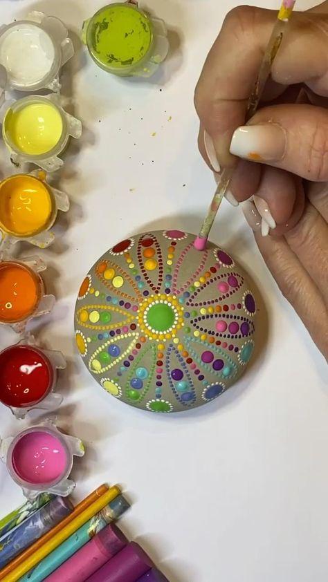 Mit Dotting-Tools zauberst du bunte Punkte aus Acrylfarben, bis ein schönes Mandala entsteht. Punktmalerei, eine feine DIY-Idee, auch wie hier auf Beton. Melde dich gern, wenn du Fragen hast info@feinrosa.de #dottingtool #punktmalerei #Diyrohlinge #dottool #punktierungswerkzeuge #steinrohling #steinebemalen #mandalasteine #diyideen #steinebemalen #dotpainting #dotmandala #mandalastones #mandalasteinemalen #bemaltesteine #paintedrocks #rockart #kindnessrocks