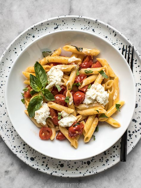 It only takes a few fresh ingredients make this Fresh Tomato Basil Pasta with Ricotta, the perfect light lunch or dinner for summer! Pasta Bar, Pasta Recipes, Cooking Recipes, Cooking Dishes, Tomato Basil Pasta, Ricotta, Vegetarian Recipes, Healthy Recipes, Detox Recipes