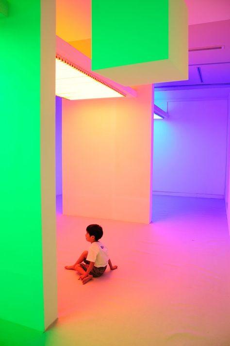 """Cruz Diez, Chromosaturation à l'exposition """"Environment Chromatic-Interferences. Interactive Space by Carlos Cruz-Diez"""", 2010"""