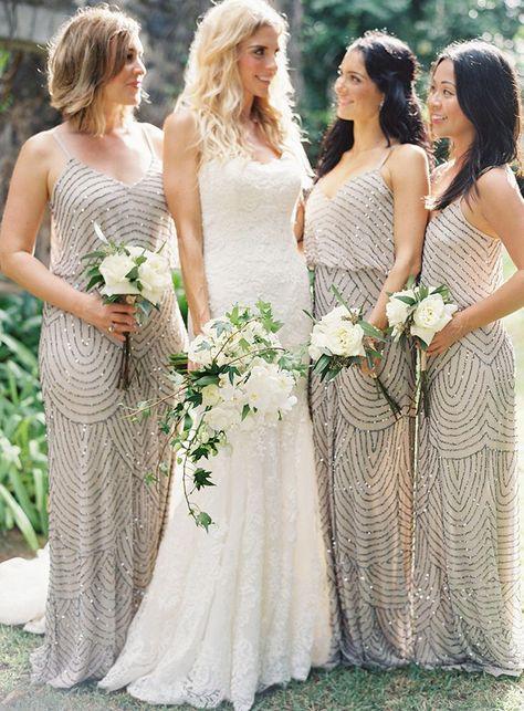 Damas de honor con vestido color champagne acompañando a la novia en su gran día. Podemos ayudarte a encontrar vuestro estilo. Visítanos en www.palmashoppers.com