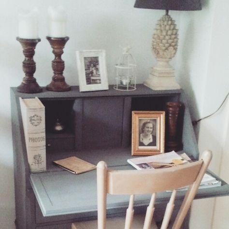 Geverfde #secretaire met leuke #accessoires en houten #stoel ervoor. Gezellig hoekje in de #woonkamer. Met Hart en Hout Interieurstyling. #brocante #hout #secretary #desk #livingroom