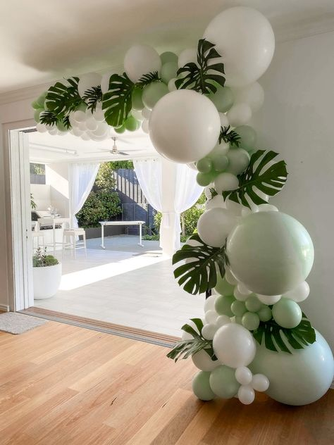 Fresh tropical theme balloon garland with beautiful monstera leaves Birthday Balloon Decorations, Baby Shower Decorations, Safari Party Decorations, Hawaiian Party Decorations, Deco Baby Shower, Baby Boy Shower, Baby Shower Balloons, Baby Boy 1st Birthday Party, Birthday Party Themes