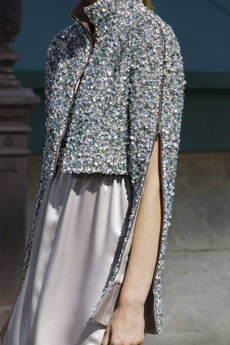 Chanel Fall 2018 Couture Fashion Show Details: See detail photos for Chanel Fall 2018 Couture collection. Look 141